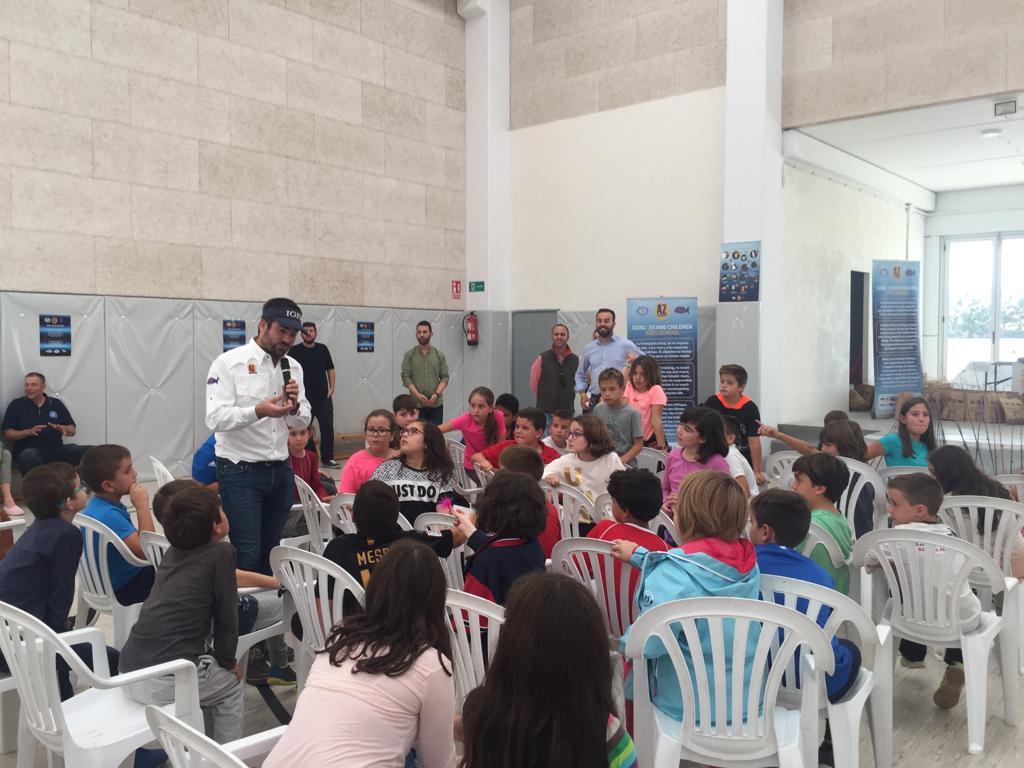 Raúl Roca inmerso entre los niños y niñas, muy atentos a sus explicaciones